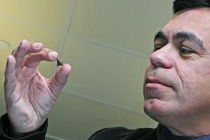Forscher mit Bauteil aus magnetischem Papier