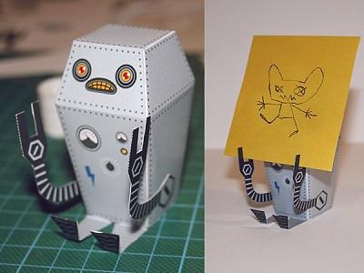 Ein Roboter aus Papier hält Karten hoch